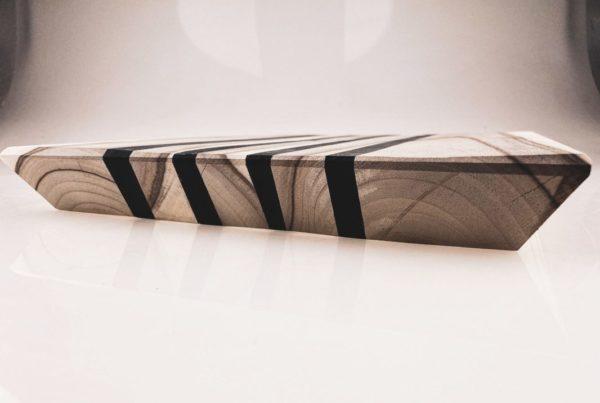 Piękna, ręcznie robiona deska do serwowania wykonana z drewna i żywicy epoksydowej